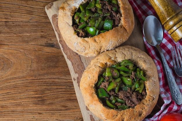 Groene peper gebakken rundvleesbrood
