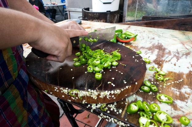 Groene peper hakken
