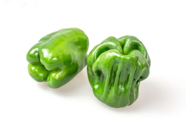 Groene peper op witte achtergrond