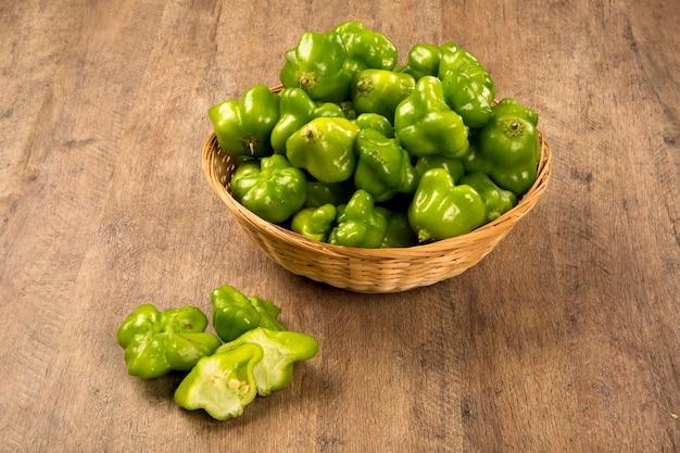 Groene peper over een houten tafel. verse groente.