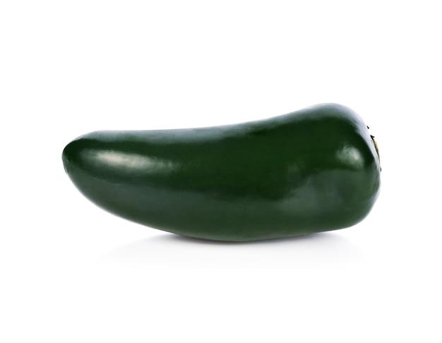 Groene pepers (jalapeno) geïsoleerd op wit. detailopname.