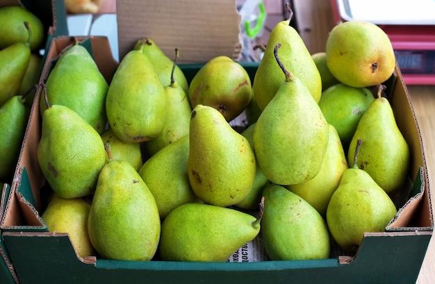 Groene peren te koop op een markt