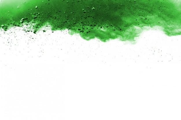 Groene poederexplosie op witte achtergrond.