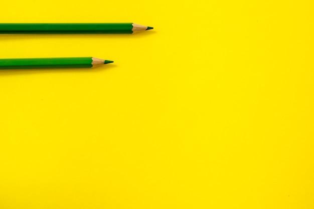 Groene potloden liggend op geel