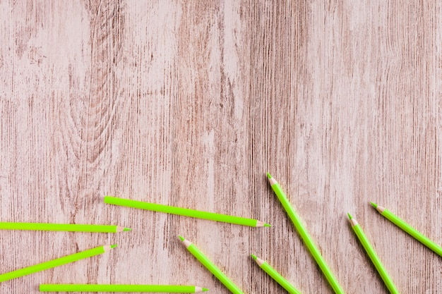 Groene potloden op houten oppervlak