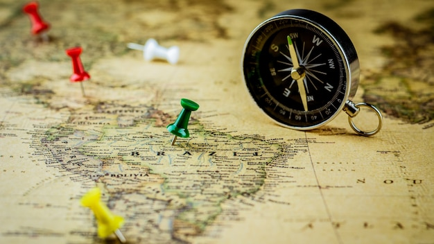 Groene punaise die een plaats op de kaart van brazilië merken.