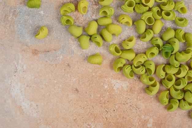 Groene rauwe pasta op marmeren ruimte.