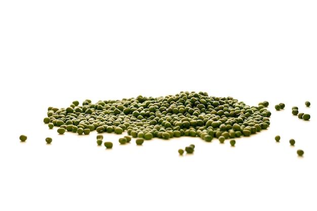 Groene rijpe specerij op een witte achtergrond