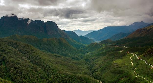 Groene rijstvelden op terrassen in muchangchai, vietnam rijstvelden bereiden de oogst in het noordwesten voor