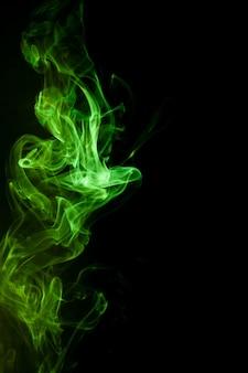 Groene rook beweging op zwarte achtergrond.