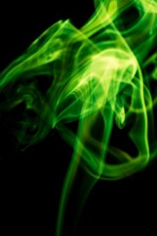 Groene rook op zwarte achtergrond.