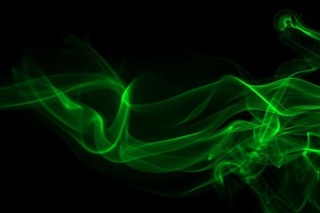 Groene rooksamenvatting op zwart concept als achtergrond en duisternis