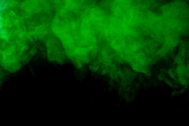Groene rookwolk op zwarte achtergrond