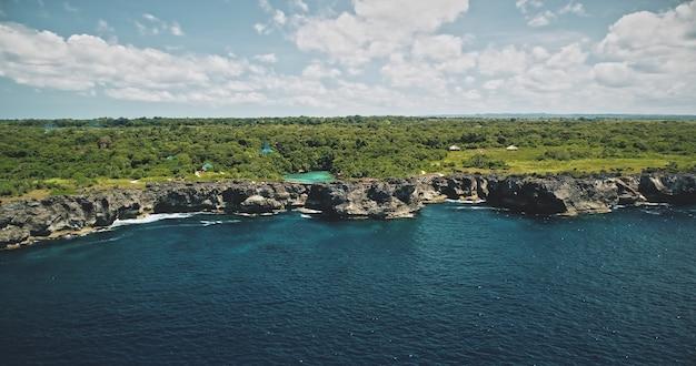 Groene rots zee baai kust met turquoise meer op bovenste luchtfoto