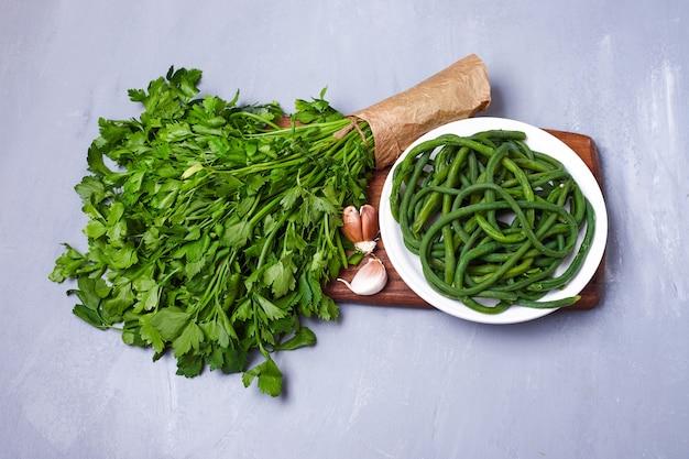 Groene salade en kruiden op blauw