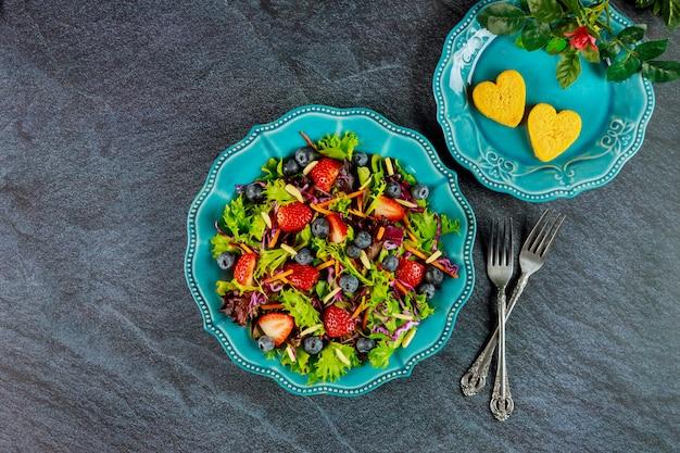 Groene salade met bessen en kipnuggets