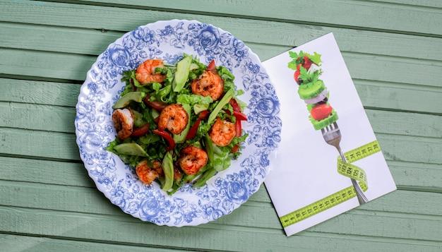 Groene salade met geroosterde crevettes