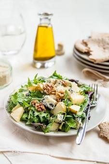 Groene salade met peren, blauwe kaas, walnoten