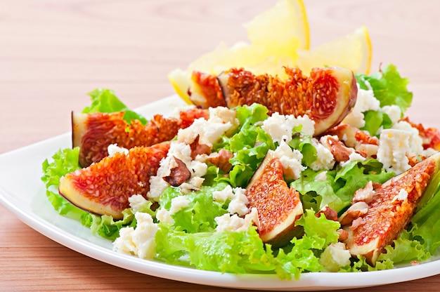 Groene salade met vijgen, kaas en walnoten