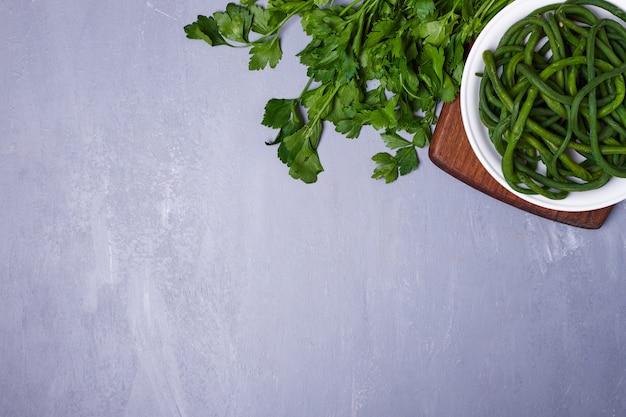 Groene salade op blauw