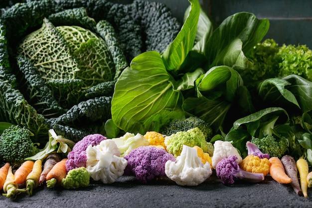 Groene salades, kool, kleurrijke groenten
