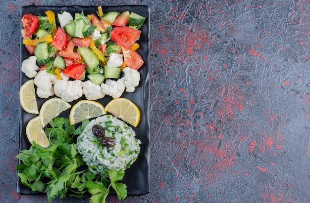 Groene saladeschotel met boter en kaas.