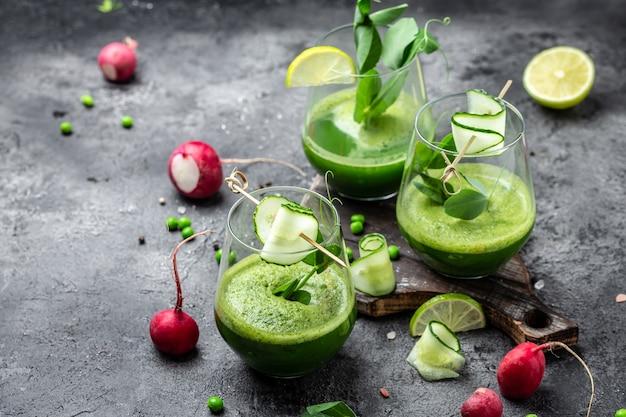 Groene smoothie. detox smoothie, groene verse erwten, komkommer, radijs, spinazie en limoen. banner, menu recept plaats voor tekst, bovenaanzicht.