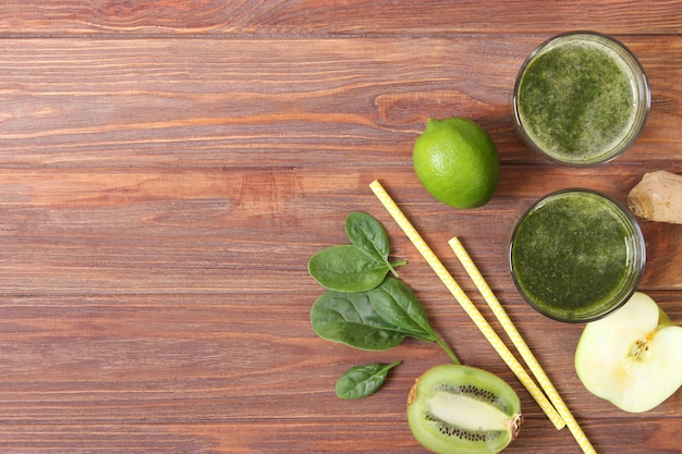 Groene smoothie en verse groenten op tafel voor het detox organisme
