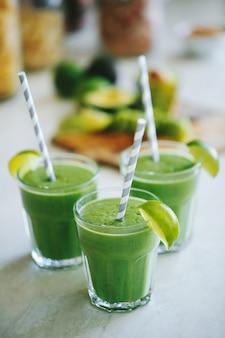 Groene smoothie in een glas