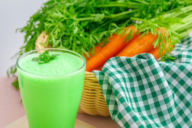 Groene smoothie in glas