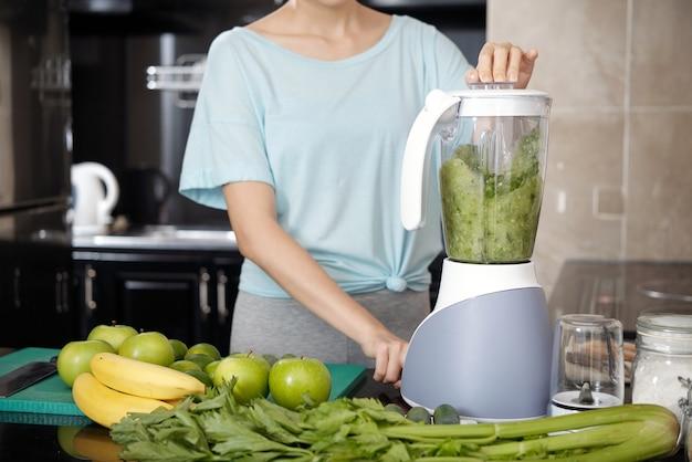 Groene smoothie maken in blender