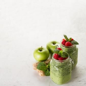 Groene smoothie met appels, gember en aardbeien