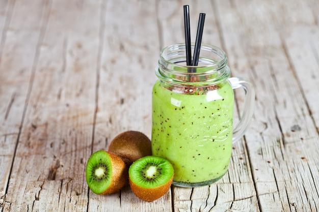 Groene smoothie met kiwi, appel, citroen en linnenzaden.