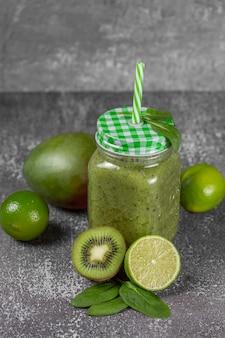 Groene smoothie met spinazie, banaan, kiwi en appelsap.