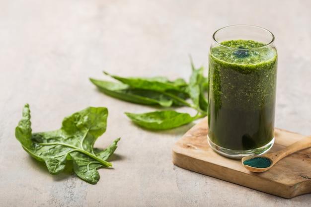 Groene smoothie met spirulina. jonge spirulina van gerst en chlorella. detox superfood.