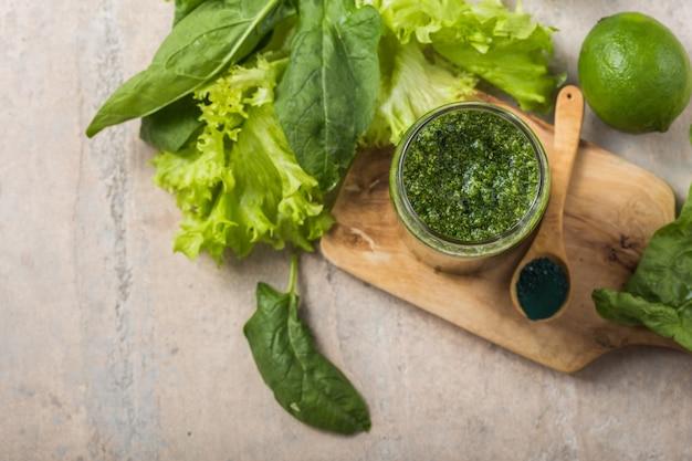 Groene smoothie met spirulina