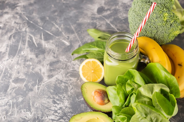 Groene smoothie op humeurige donkere achtergrond