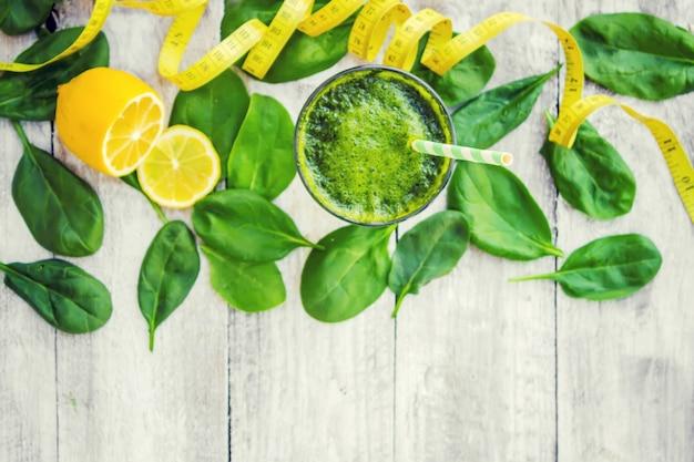 Groene smoothies met groenten en fruit. detox day. afslanken en uitscheiden van slakken. gezond eten. selectieve aandacht.
