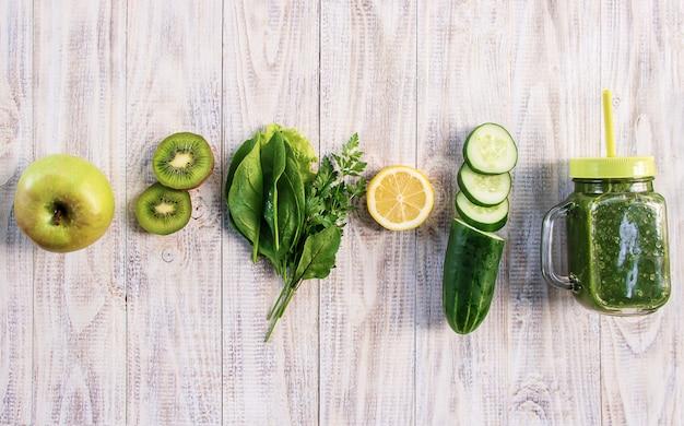 Groene smoothies met groenten en fruit. detox day.