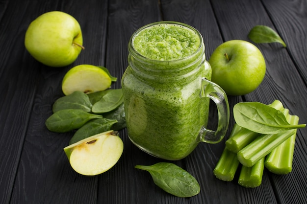 Groene smoothies met spinazie, appel en selderij