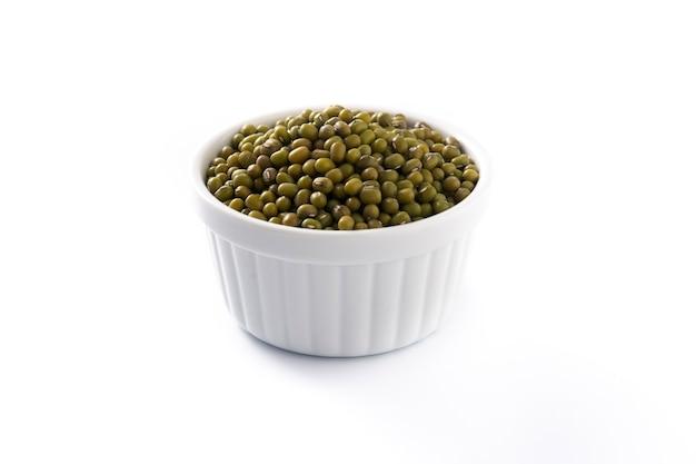 Groene sojabonen in een kom die op wit wordt geïsoleerd