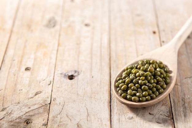 Groene sojabonen op houten lepel