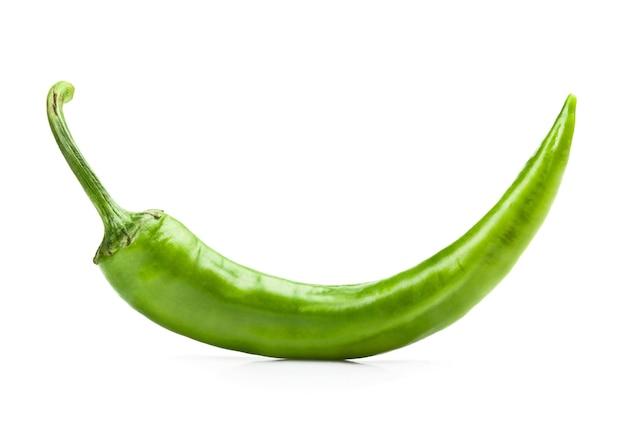 Groene spaanse peperpeper op witte achtergrond