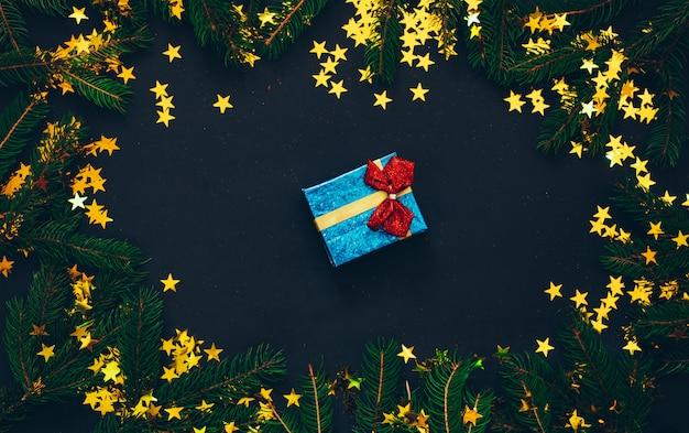 Groene spar met kerstmisspeelgoed en zwarte achtergrond. kerst concept.