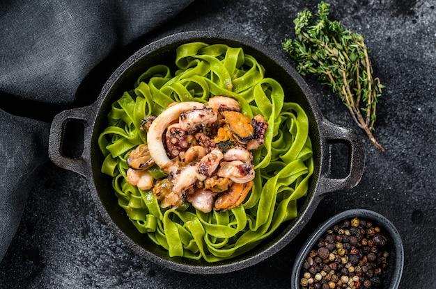 Groene spinazie fettuccine pasta met kaas en zeevruchten