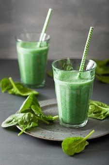Groene spinazie smoothie met spirulina