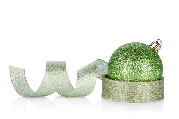 Groene sprankelende kerstbal met lint. geïsoleerd op witte achtergrond