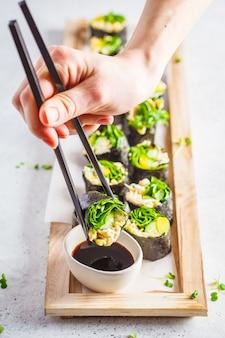Groene sushi van veganisten rollen met avocado