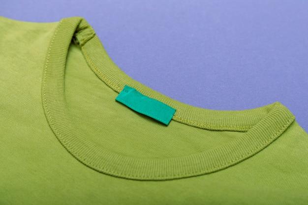 Groene sweater met leeg label voor uw logo of tekst.