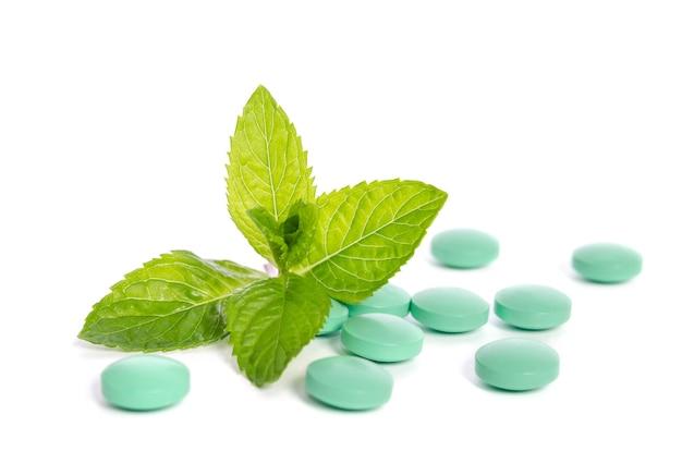 Groene tabletten met muntblaadjes